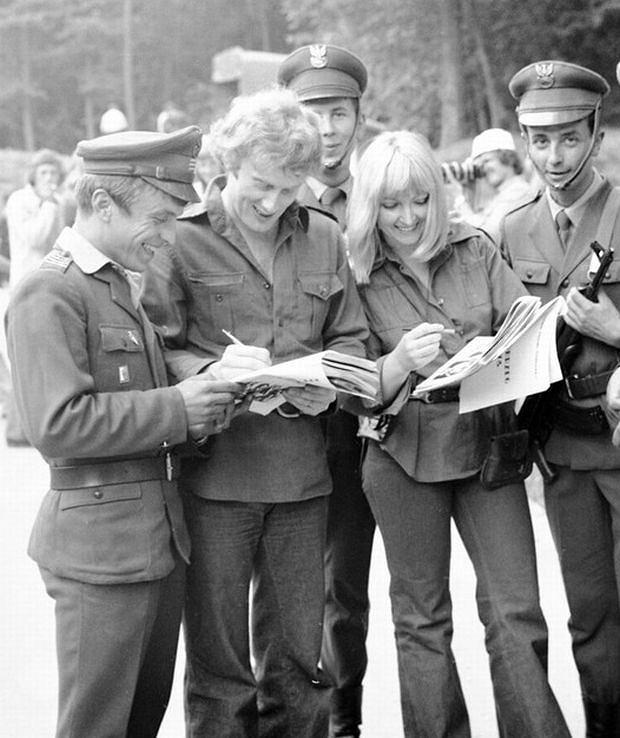 PHOTO:LESLAW SAGAN/EAST NEWS  Festiwal Piosenki Zolnierskiej. Maryla Rodowicz i Daniel Olbrychski rozdaja autografy. Kolobrzeg, 1976
