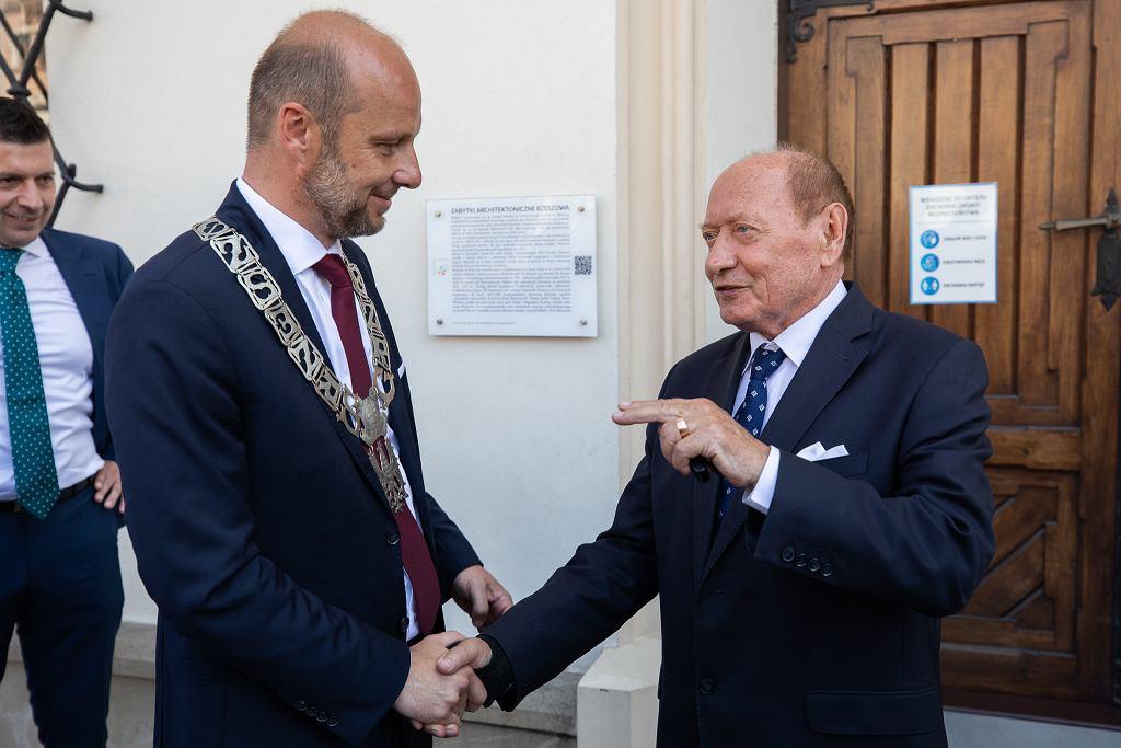 Świeżo zaprzysiężony prezydent Rzeszowa Konrad Fijołek przyjmujący gratulacje od swojego poprzednika, Tadeusza Ferenca