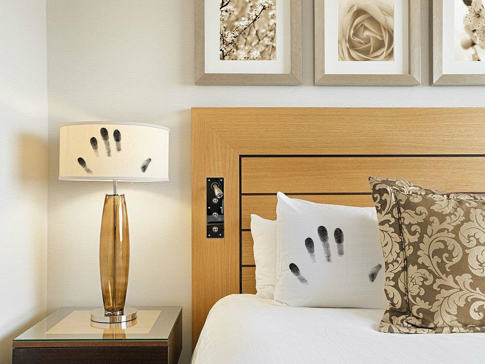 Hotel. Niektórzy goście w hotelu kradną wszystko, co da się łatwo wynieść: lampy, poduszki, obrazy