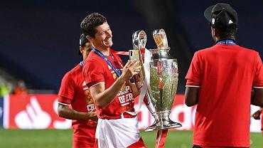 Robert Lewandowski z trofeum Ligi Mistrzów