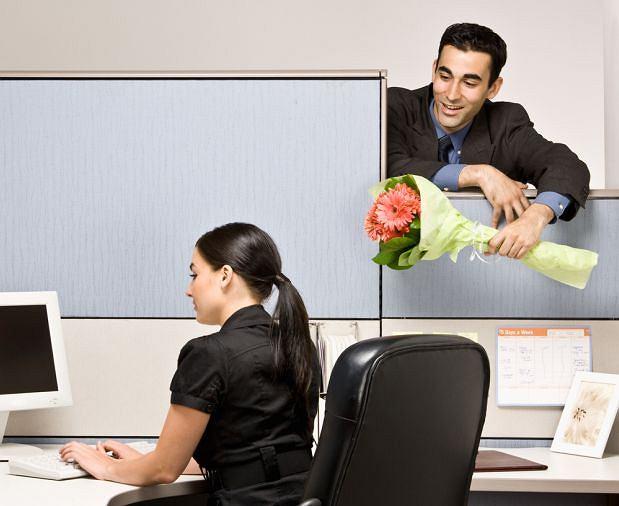 Warto pokusić się o osobiste wręczenie kwiatów, Kwiaty w biznesie, Korporacyjny savoir vivre, savoir vivre