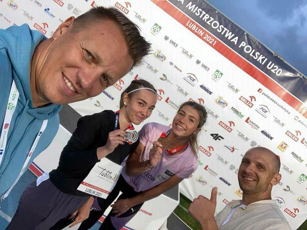Lipiec 2021 r. Gorzowska siła na MP U20 w lekkiej atletyce. Złota na 400 metrów Kornelia Lesiewicz i srebrna Olga Rzeszewska. Na zdjęciu również trenerzy Sebastian Papuga i Tomasz Saska