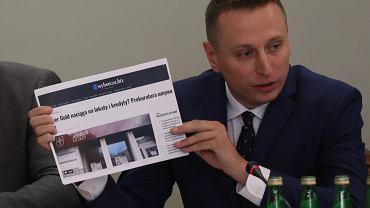 Krzysztof Brejza podczas obrad komisji śledczej