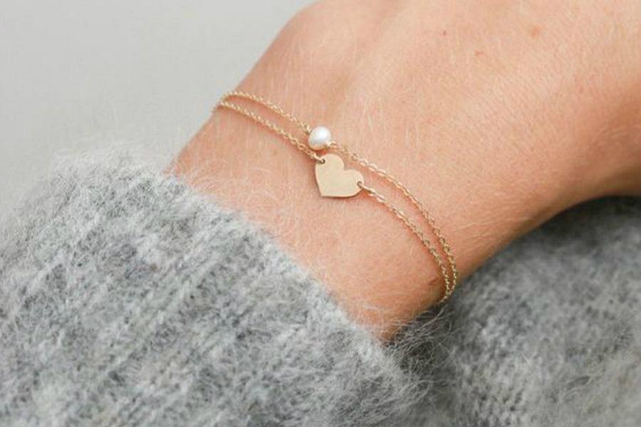 Złota bransoletka celebrytka. To minimalistyczna i kobieca biżuteria dla każdej kobiety