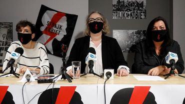 Od lewej: Klementyna Suchanow, Marta Lempart i Agnieszka Czerederecka podczas konferencji prasowej Ogólnopolskiego Strajku Kobiet w sprawie protestów po zaostrzeniu prawa aborcyjnego, październik 2020 r.