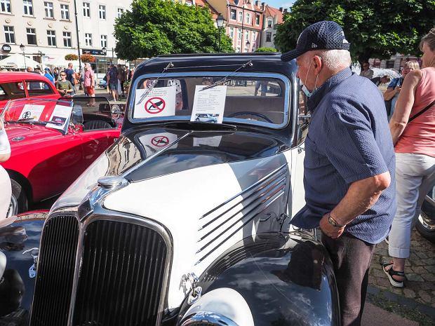 Zdjęcie numer 14 w galerii - Międzynarodowy rajd zabytkowych pojazdów na Rynku w Wałbrzychu. Było co podziwiać [ZDJĘCIA]