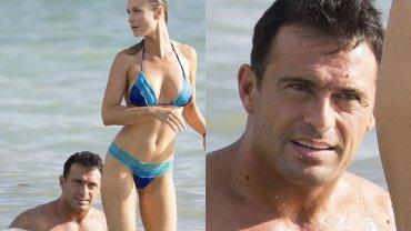 """Joanna Krupa w kusym bikini odpoczywała na plaży nad oceanem. Niby widok jak co dzień, ale nas zaciekawiła mina jej męża. W co się tak uważnie wpatrywał? Gdy modelka się odwróciła, jego """"zafrapowanie"""" stało się w pełni zrozumiałe."""