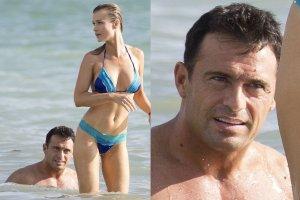 Joanna Krupa w kusym bikini odpoczywała na plaży nad oceanem. Niby widok jak co dzień, ale nas zaciekawiła mina jej męża. W co się tak uważnie wpatrywał? Gdy modelka się odwróciła, jego zafrapowanie stało się w pełni zrozumiałe.