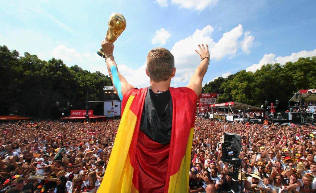 Bastian Schweinsteiger pozdrawia wiernych. Kibiców oczywiście