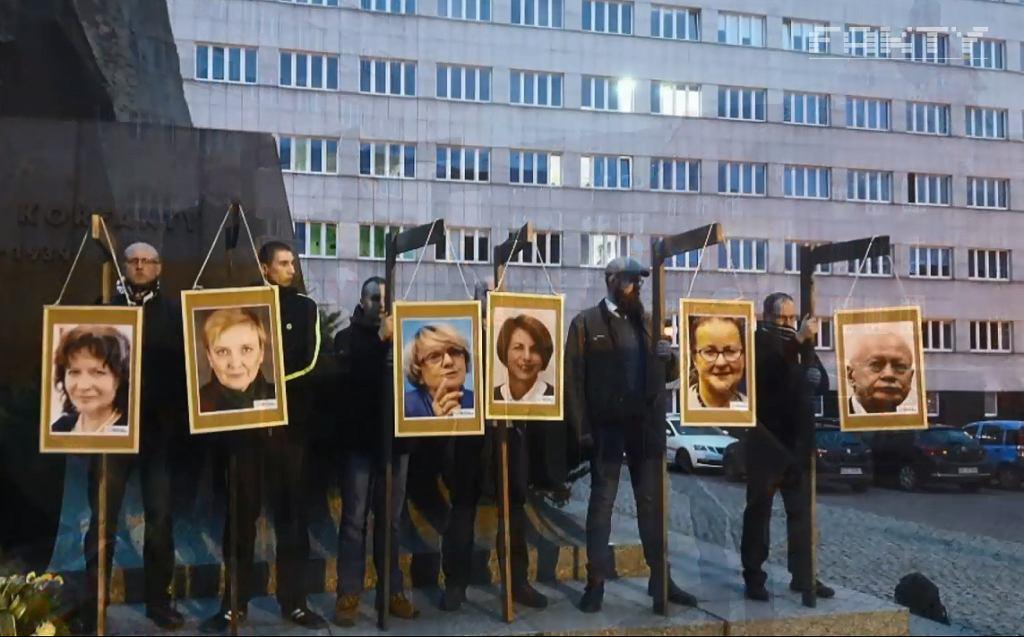Wieszanie zdjęć europosłów na szubienicach podczas pikiety narodowców w Katowicach.