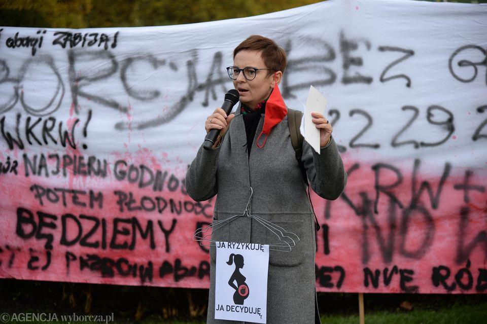 25 października. Protest kobiet na Jasnych Błoniach w Szczecinie. Przemawia prof. Inga Iwasiów