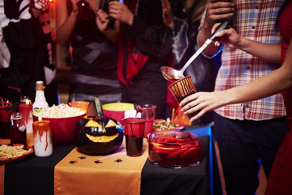 Impreza na Halloween nie odbędzie się bez odpowiednio ozdobionego i suto zastawionego stołu. Zdjęcie ilustracyjne