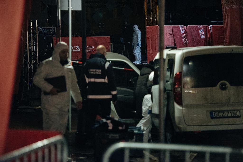 Policyjni śledczy na miejscu ataku na Adamowicza