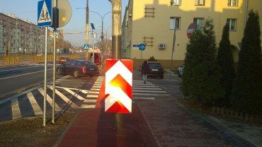 Latarnia na środku nowej drogi rowerowej wzdłuż alei Piłsudskiego w Dąbrowie Górniczej