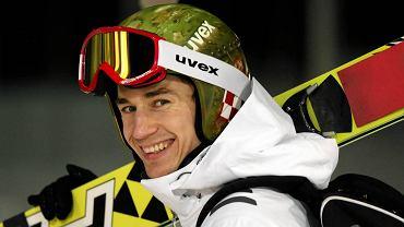 Kamil Stoch w olimpijskim kasku z biało-czerwoną szachownicą