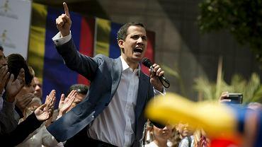 Przywódca opozycji parlamentarnej Juan Guaido przemawia podczas publicznej sesji na ulicy w Caracas, 11 stycznia 2019 r.