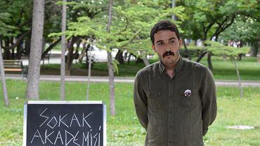 Can Irmak Ozinanir, wykładowca zwolniony z Uniwersytetu w Ankarze, wygłasza wykład na temat post-prawdy. Ankara, 18 czerwca 2017 r.