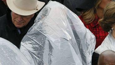 Płaszcz przeciwdeszczowy wygrywa to starcie