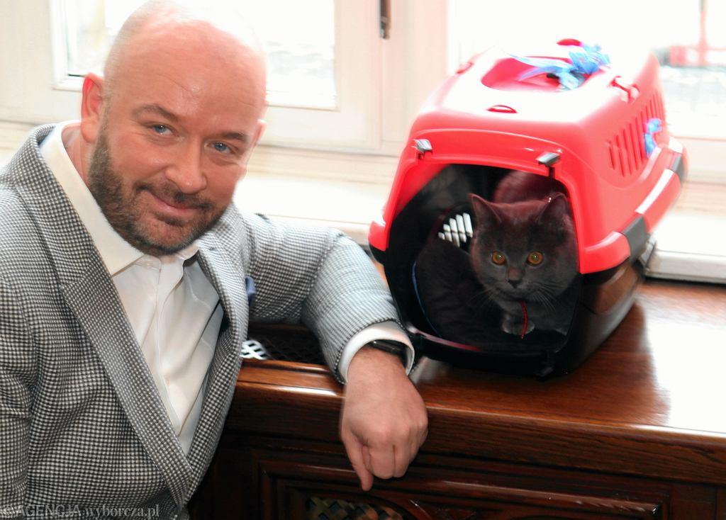 Prezydent Wrocławia Jacek Sutryk przygarnął porzuconego kota