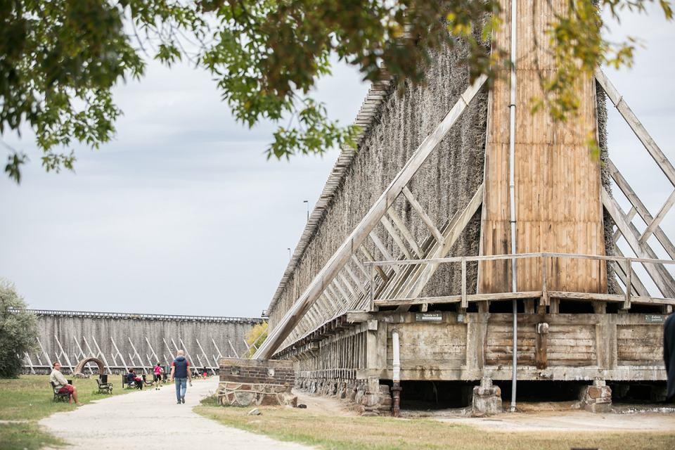 W woj, kujawsko-pomorskim jest siedem miejsc, mających status Pomnika Historii. Tytuł jest przyznawany zabytkom nieruchomym o szczególnej wartości historycznej, naukowej i artystycznej, utrwalonym w powszechnej świadomości i mającym duże znaczenie dla dziedzictwa kulturalnego Polski. Pomnikami historii w naszym województwie są: Biskupin - rezerwat archeologiczny, Chełmno - stare miasto, Ciechocinek - zespół tężni i warzelni soli wraz z parkami Tężniowym i Zdrojowym, Grudziądz - zespół zabytkowych spichlerzy wraz z panoramą od strony Wisły, Strzelno - zespół dawnego klasztoru Norbertanek, Toruń - stare i nowe miasto, Włocławek - katedra pod wezwaniem Wniebowzięcia Najświętszej Maryi Panny. Pomniki Historii ustanawiane są od 1994 r. Dotąd to wyróżnienie nadano 105 polskim zabytkom. Z każdym rokiem lista najcenniejszych obiektów się powiększa.  - Obiekty posiadające status Pomnika Historii to symbole kultury regionu. Dla nas, jako samorządu województwa, istotna jest także dbałość o te mniej znane, a niezwykle piękne zabytki regionu, czego efektem jest marszałkowski program ochrony zabytków, na który w ciągu ostatniej dekady przeznaczyliśmy ponad 90 mln złotych - mówi marszałek Piotr Całbecki. Na zdjęciu: tężnia w Ciechocinku.