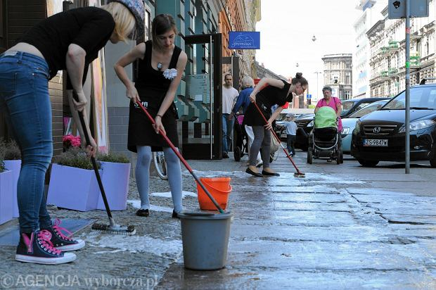 Dziewczyny z kwiaciarni Soffi Flower Coffee szorują chodnik na Jagiellońskiej w Szczecinie podczas happeningu zorganizowanego przez ''Gazetę''. To element kampanii, w której walczymy, by miasto zadbało wreszcie o tę ulicę i m.in. usunęło z niej samochody