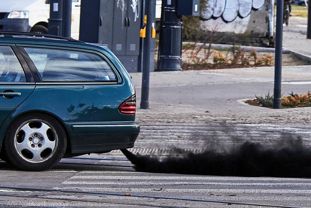 Spaliny z rury wydechowej samochodu.