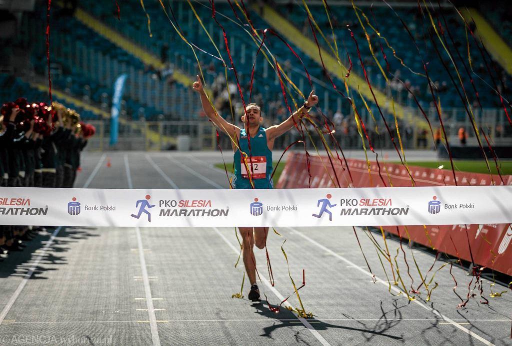 Jako pierwsi na otwartym w niedzielę Stadionie Śląskim zaprezentowali się maratończycy. Najszybszy na trasie Silesia Marathonu okazał się 33-letni Damian Pieterczyk z Olsztyna, który finiszował z czasem 2 godziny 23 minuty i 36 sekund