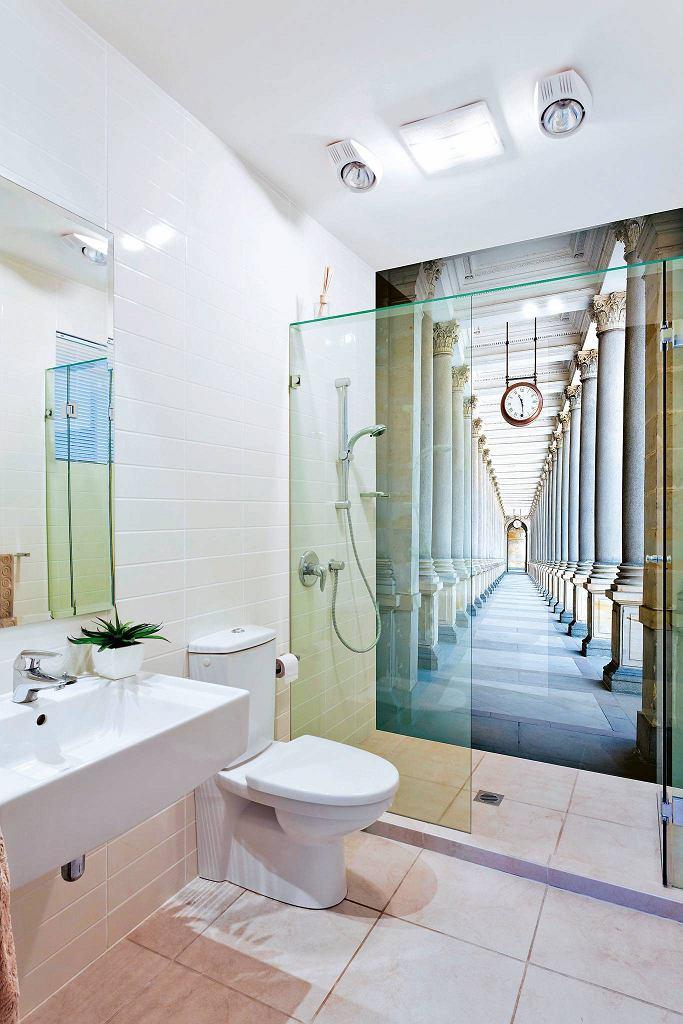 Kabina prysznicowa z nadrukiem iluzjonistycznym na szkle.