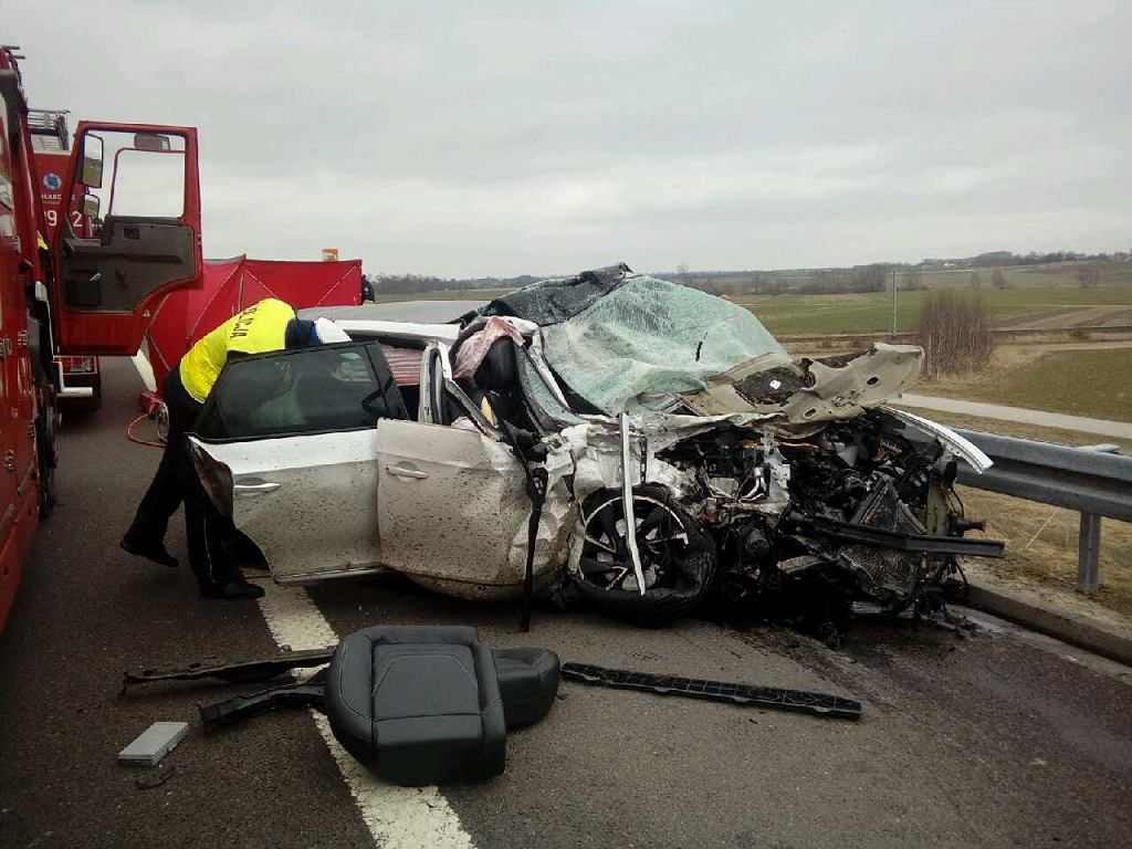 Materiały łódzkiej policji - wypadek samochodu osobowego i ciężarówki na autostradzie A2 koło Zgierza (województwo łódzkie)