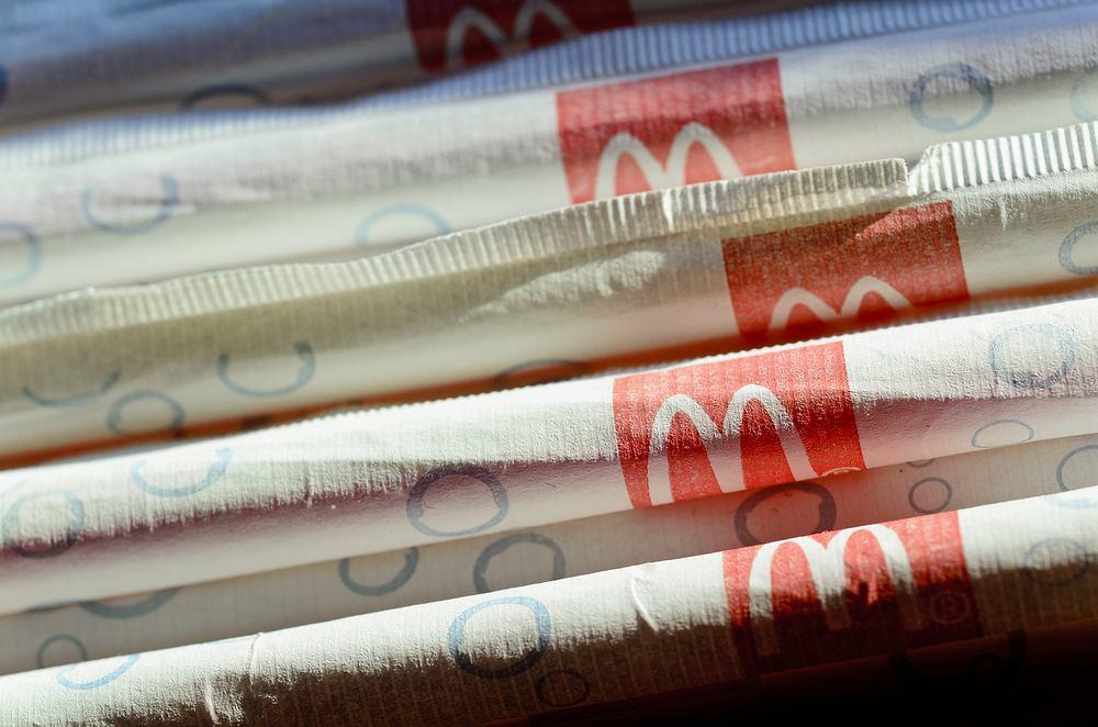 Nowe słomki będą ponoć powstawały z papieru z certyfikowanych źródeł odnawialnych