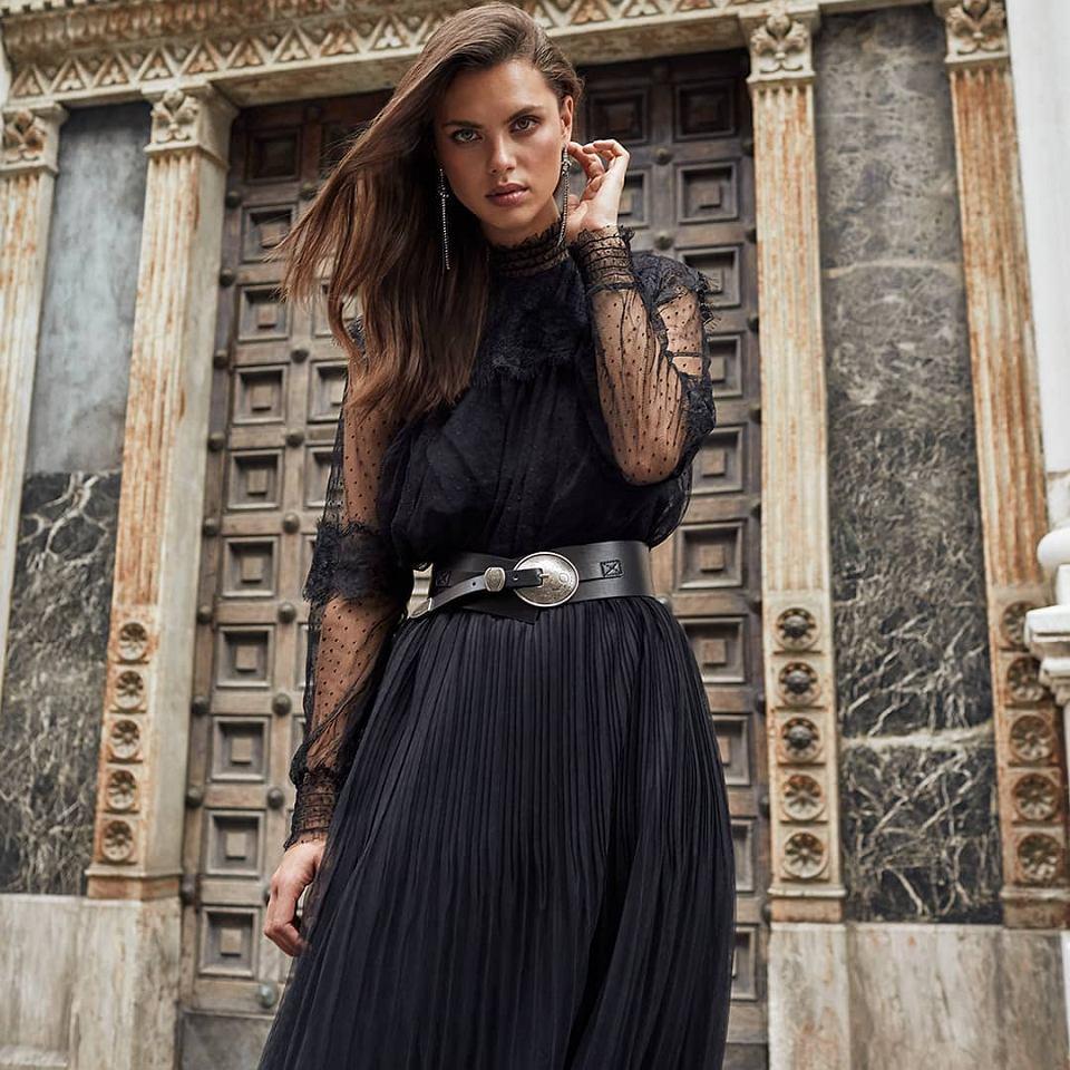 Elegancka stylizacja z koszulą i spódnicą