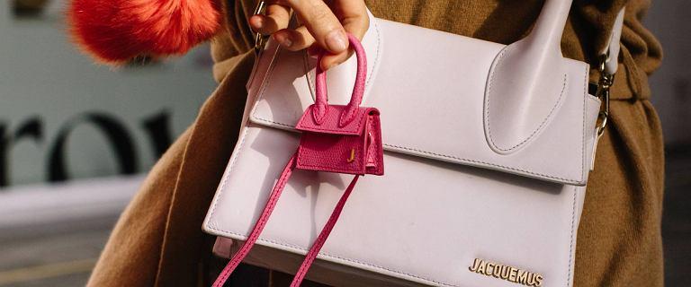 Czy torebki z frędzlami są modne? Przyglądamy się trendom na 2021 rok! Niektóre pozycje zaskakują