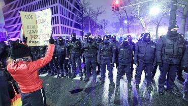 Strajk Kobiet w Warszawie. Policja: Wylegitymowano 470 osób, zatrzymano 14