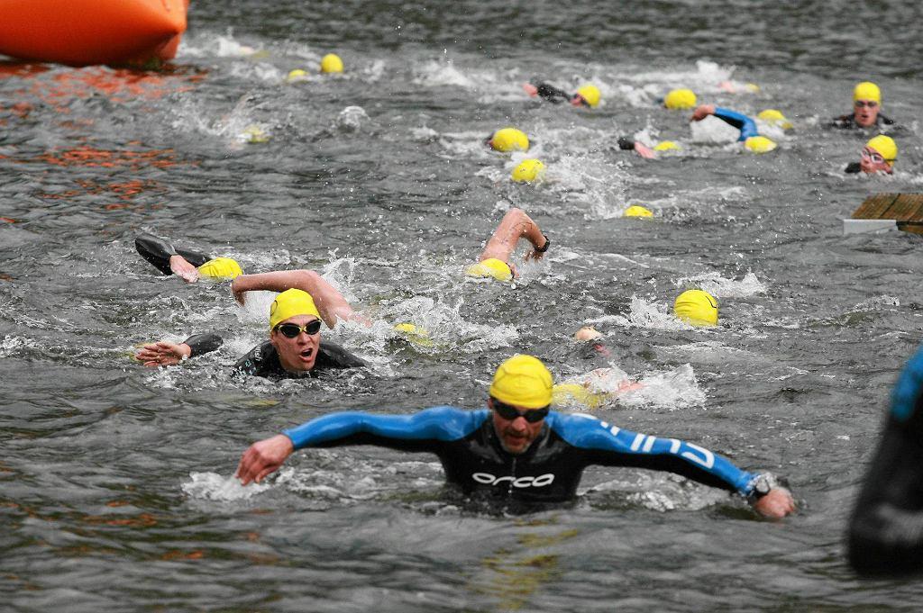 Zawody pływackie w jeziorze