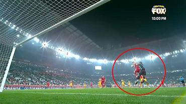 Lewandowski zagrał piłkę ręką przed bramką dla Bayernu z Tigres w finale KMŚ