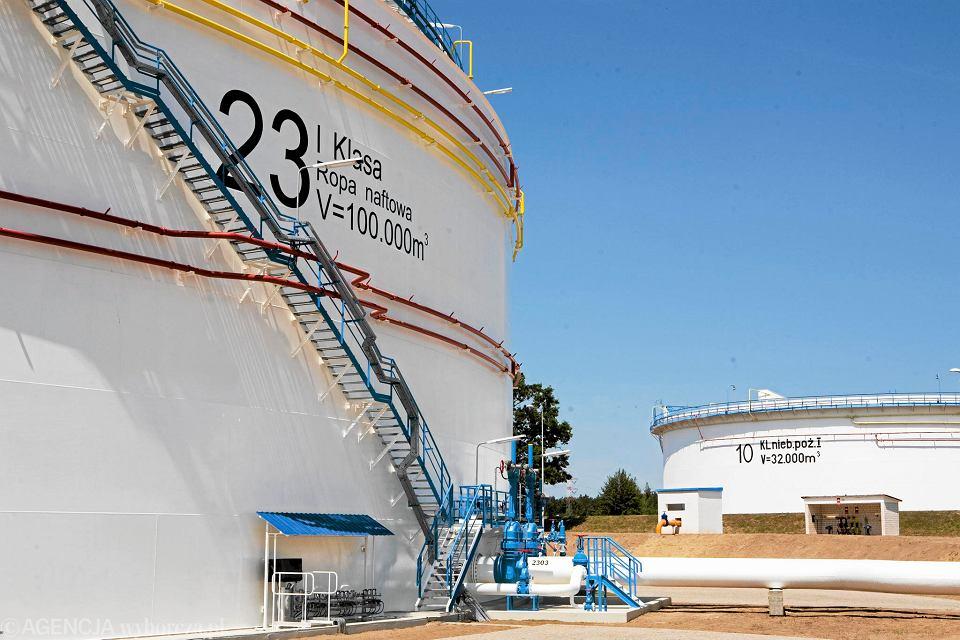Zbiorniki na ropę naftową należące do Przedsiębiorstwa Eksploatacji Rurociągu Naftowego Przyjaźń.