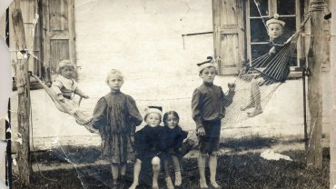 Od lewej: Władysław Jeska, Maria Jeska (później Cieszewska), Wacław Serafinowicz i Helena Jeska (później Zaczek), stoi Zygmunt Serafinowicz, a po prawej siedzi Leszek Serafinowicz (Jan Lechoń). Zdjęcie wykonane w Woli Rafałowskiej w 1904 r., gdzie obie rodziny jeździły na letnisko.
