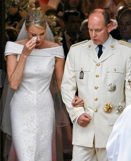 Charlene - nowa ksi??na Monako u boku nowo po?lubionego m??a ksi?cia Alberta II p?acz?c opuszcza ko?ci?? po uroczysto?ci za?lubin  Princess of Monaco wipes a tear as she leaves the St Devote Church after her wedding to Prince Albert II of Monaco, right, Saturday, July 2, 2011. (AP Photo/Francois Mori, Pool)