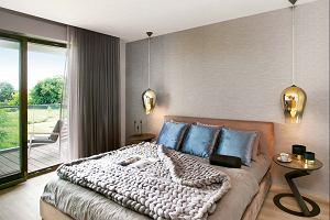 Praktyczne monochromatyczne mieszkanie hotelarzy