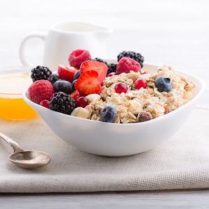 Dzień warto zaczynać od owsianki z jogurtem lub napojem roślinnym, owocami i garścią orzechów