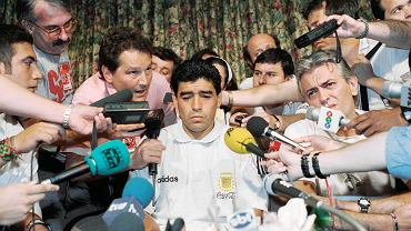 Diego Maradona podczas konferencji prasowej w hotelu Sheraton Park Plaza w Teksasie w 1994 r.