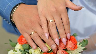 Obrączki ślubne złote to najpopularniejszy wybór. Zdjęcie ilustracyjne