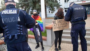 Białystok. Akcja solidarności z dwiema 17-latkami przed komendą policji
