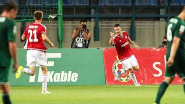 Paweł Brożek cieszy się z gola