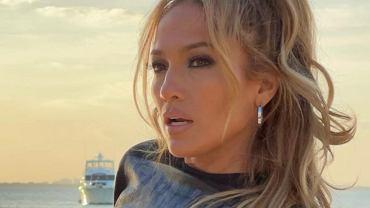 Jennifer Lopez w najmodniejszej fryzurze. Optycznie odmładza i działa jak lifting, a zajmuje 30 sekund (zdjęcie ilustracyjne)