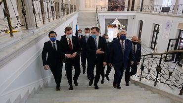 Minister sprawiedliwości w rządzie PiS Zbigniew Ziobro i jego partyjni podwładni z Solidarnej Polski podczas konferencji prasowej na sejmowym korytarzu (ws. akceptacji partii dla Krajowego Planu Odbudowy i europejskiego Funduszu Odbudowy). warszawa, 4 maja 2021