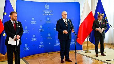Konferencja prasowa Łukasza Szumowskiego, Jacka Sasina i Jarosława Pinkasa (fot. Twitter/@MAPGOVPL)