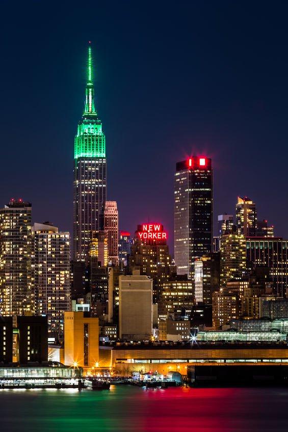 Empire State Building oświetlony na zielono z okazji dnia św. Patryka