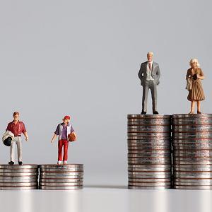 Społeczeństwo: w Polsce linia podziału przebiega przez portfel i konto.