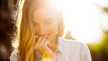 Kobieta w promieniach słonecznych